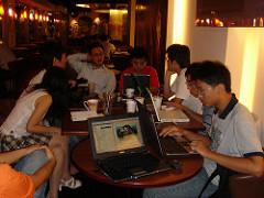 Un grupo de usuarios de Wikipedia en acción, por Hsiang-Tai en Flickr bajo CC.